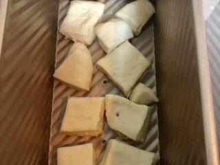 葱香肉松吐司面包,放入吐司盒中。