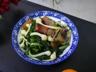 #最下饭的野菜#小根蒜炒腊肉,成品图。 真的是超级香,超级下饭的野菜呢。 凡是吃过这道菜的人都夸好吃,下饭,当然也很好下酒哦。