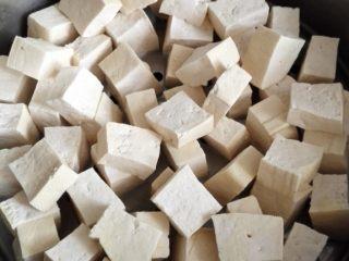 红油腐乳,老豆腐两大块,沥干水份,切成腐乳大小的方块,放在蒸锅的蒸屉上。我这个蒸屉有点小摆不开就放了两层,最好分开放啊。