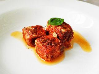 红油腐乳,二十多天后,用勺子轻轻的取出几块,放到碟子里,配面食,米饭,粥都很美味。有人就吃这个能吃两碗米饭呢。