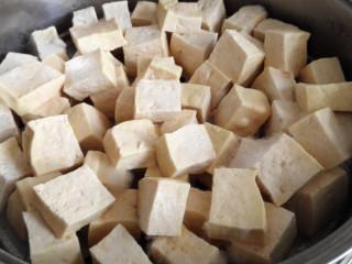 红油腐乳,第四天,发黄和发毛的更多了,仔细闻没有臭味,可以闻到淡淡的腐乳味。