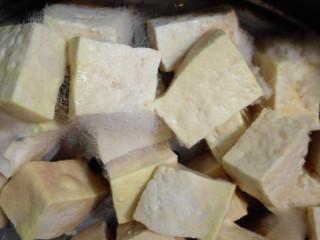 红油腐乳,第五天,豆腐都很黄了,表面挂满一层黄黄的粘液和白毛