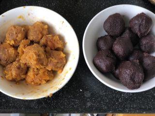 时令菜谱-网红艾草青团,红豆馅也团成25g一个的小球。