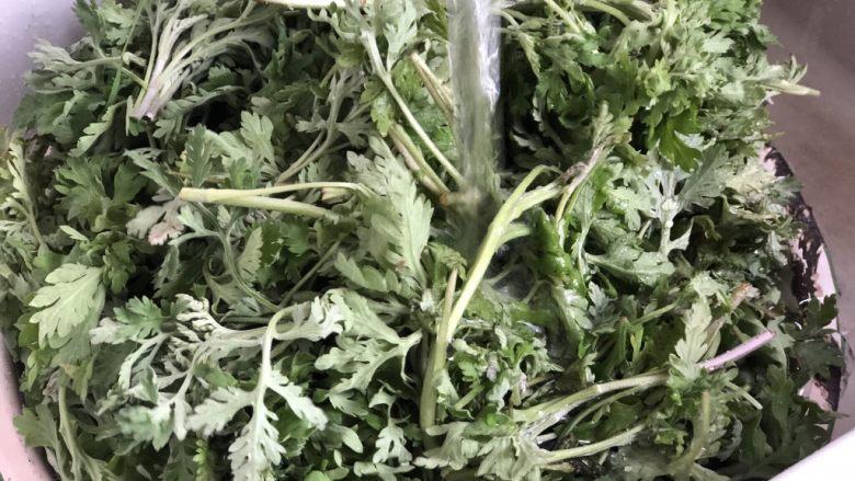 时令菜谱-网红艾草青团,新鲜艾草择洗干净。