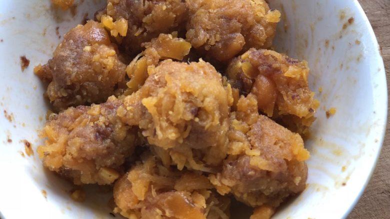 时令菜谱-网红艾草青团,分成25g一份,团成小球。咸蛋黄肉松馅就做好了。