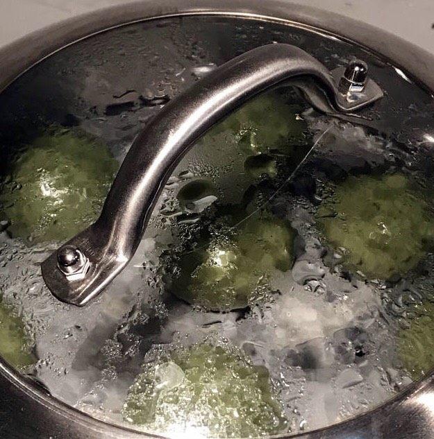 时令菜谱-网红艾草青团,水开后,蒸12分钟。