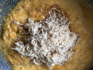 时令菜谱-网红艾草青团,关火,加入一点蜂蜜,和猪肉松翻炒均匀。