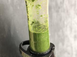 时令菜谱-网红艾草青团,取出艾草,连同汁水一起放入料理机,搅拌成艾草糊。
