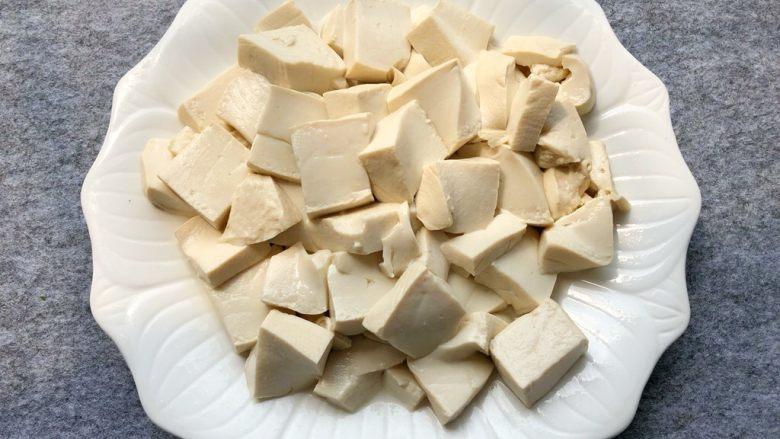 鱼头豆腐汤,豆腐焯好沥水,装盘待用