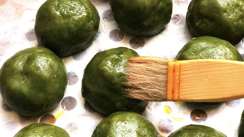 时令菜谱-网红艾草青团,蒸好的青团趁热刷一层玉米油。