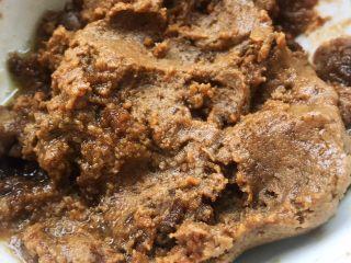 香菇鹌鹑蛋,自制的酱料就是火锅底料加芝麻酱、腐乳汁、糖拌匀