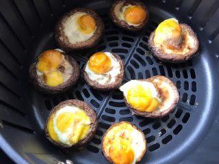 香菇鹌鹑蛋,炸好的香菇鹌鹑蛋看起来很诱人噢