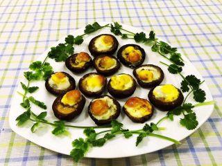 香菇鹌鹑蛋,将美味的香菇鹌鹑蛋摆入盘中用香菜来做装饰