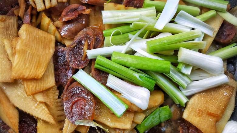 春笋炒腊肠,加蒜苗梗部分,翻炒入味。