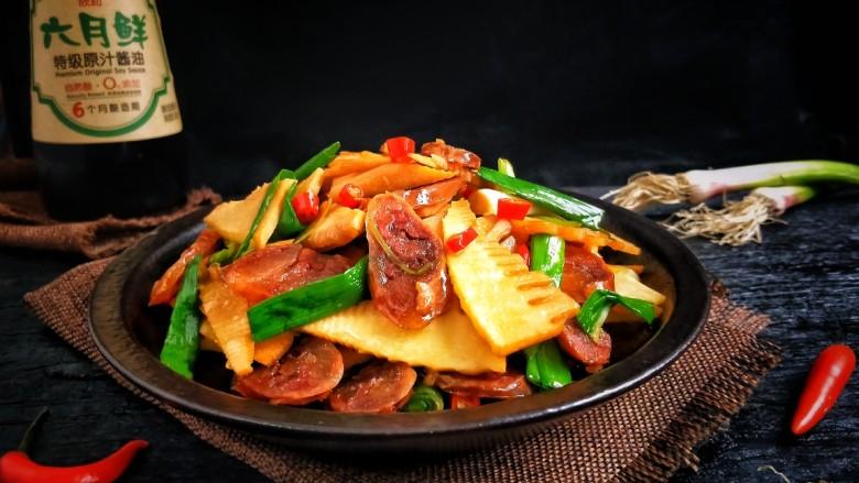 春笋炒腊肠,咬一口,笋片还是脆脆的,再吃一口香喷喷的腊肠,生活就应该是有滋有味的