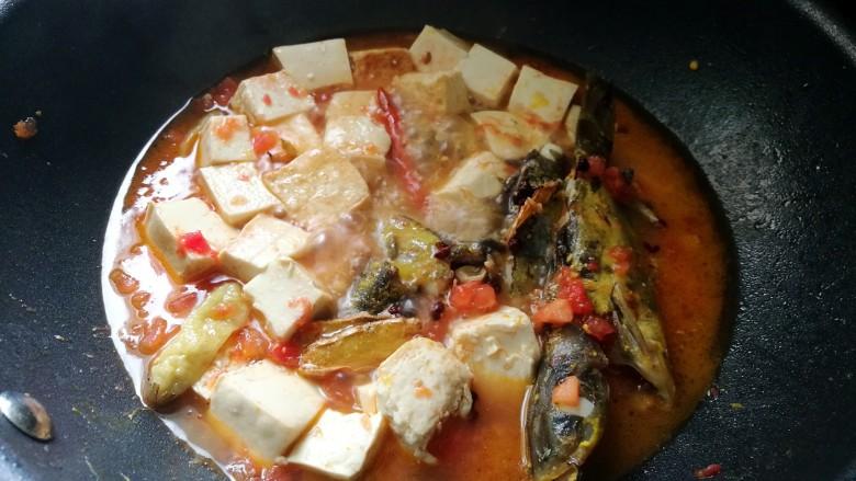 酸辣番茄豆腐鱼,加入少量清水煮开。