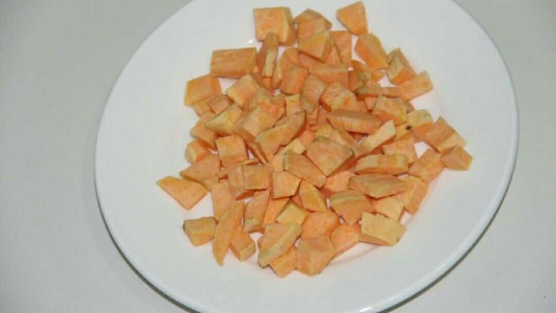 地瓜山药粥,把地瓜切小块,碎丁