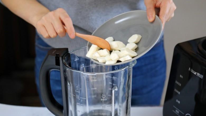 山药鸡蛋糕,将山药块放入破壁机的搅拌杯内