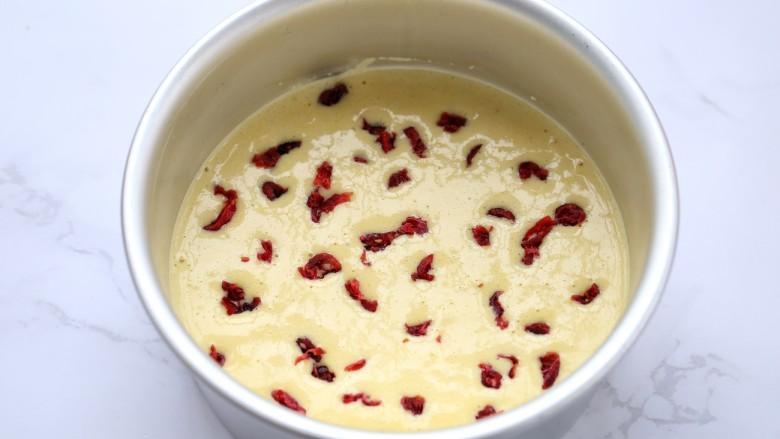 山药鸡蛋糕,均匀的撒上切碎的蔓越莓干