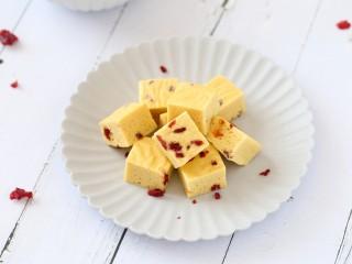 山藥雞蛋糕,口感松軟,搭配酸甜的蔓越莓好吃極了!
