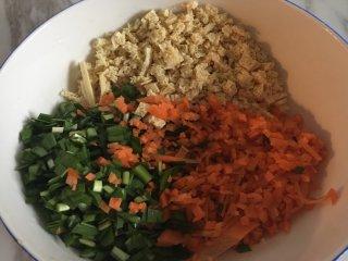 薄油煎春卷,韭菜、胡萝卜、豆芽洗净、切丁;