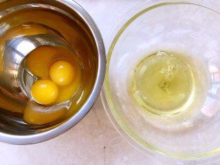 奶油盒子蛋糕,先做蛋糕,鸡蛋分离至两个干净容器