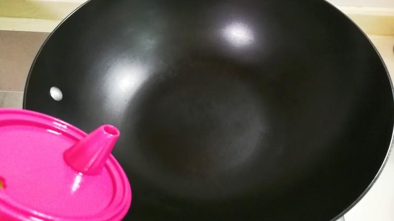 花花世界~西芹红椒蛋花,炒锅烧热倒入适量食用油