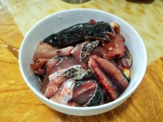 酸汤鱼,准备好切片好的鱼,我让卖鱼的大姐帮我切片的。可惜她切得厚了点