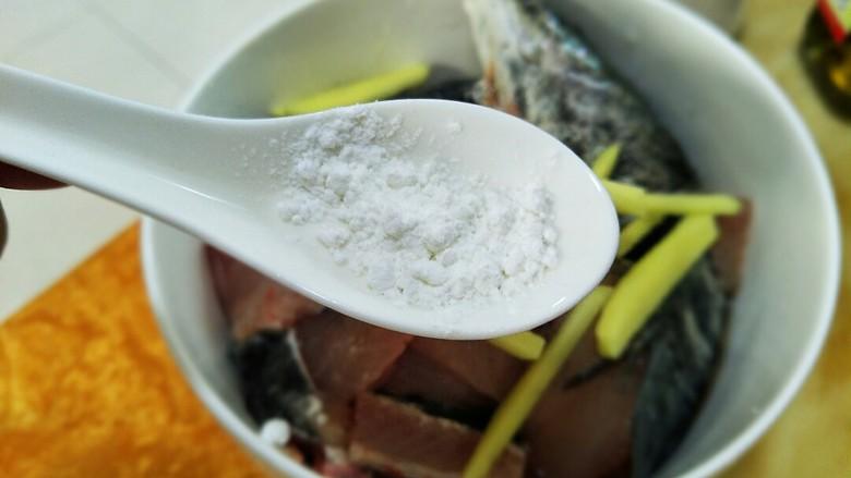 酸汤鱼,两勺子生粉,然后搅拌均匀。放一旁腌制20分钟以上!