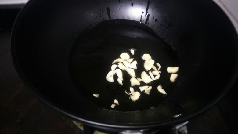 酸汤鱼,油热放蒜蓉爆香