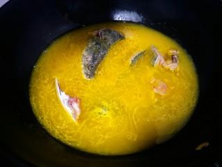 酸汤鱼,先放入鱼头鱼尾还有带鱼骨的肉煮