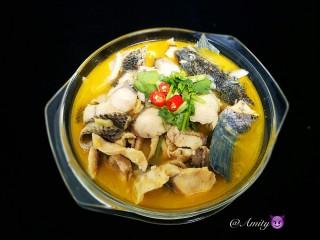酸汤鱼,把鱼肉跟汤倒入有金针菇豆芽垫底的盆子里,再放下红辣椒段香菜就搞定了