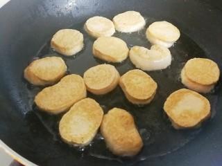 梅汁素鸡,一年煎至金黄色换一面,煎至两面金黄色关火