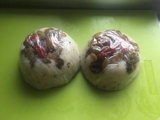 猪油蜂蜜八宝饭,拿掉碗,就这样放入冷冻,想吃了就拿一个出来蒸一下