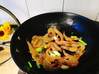 家常菜+红烧明虾,把虾下去快速翻炒