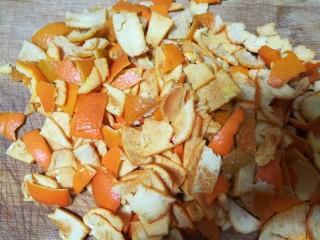 晶莹剔透的好吃,还是好药的糖渍血橙皮,切了很多很多橙皮