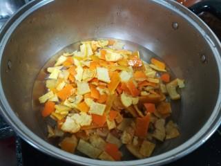 晶莹剔透的好吃,还是好药的糖渍血橙皮,加入橙皮煮