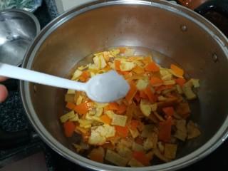 晶莹剔透的好吃,还是好药的糖渍血橙皮,加入一点盐巴,这样橙皮更不会太甜,口感更好点