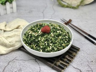 香干拌马兰,马兰是春天的馈赠,带有春天的气息,所以在制作马兰时最好用凉拌的方法,且注意不要加太多的调料,让它保留原来的清香!