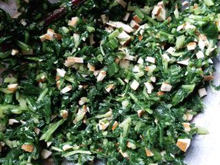 香干拌马兰,加入一小勺盐,适量麻油和少量鸡精搅拌均匀即可!