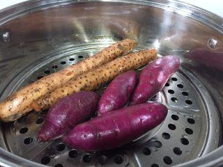 紫薯苹果球&山药🍎球,山药也清洗干净直接放入蒸锅开大火,这样不去皮可以避免水分过多