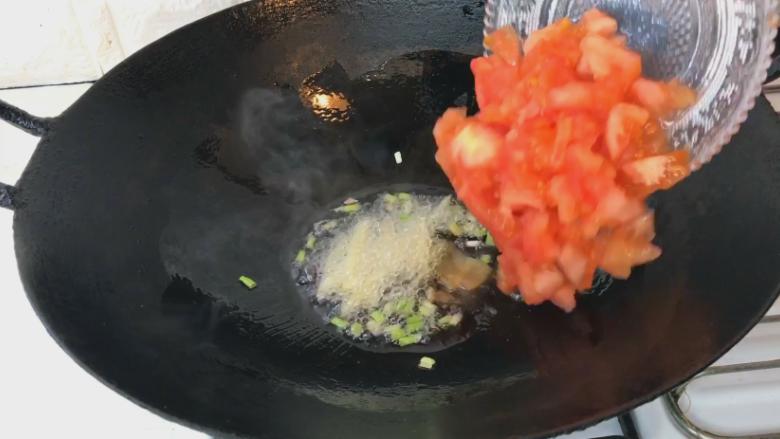 番茄牛肉汤,葱白 姜丝爆香后倒入番茄碎翻炒