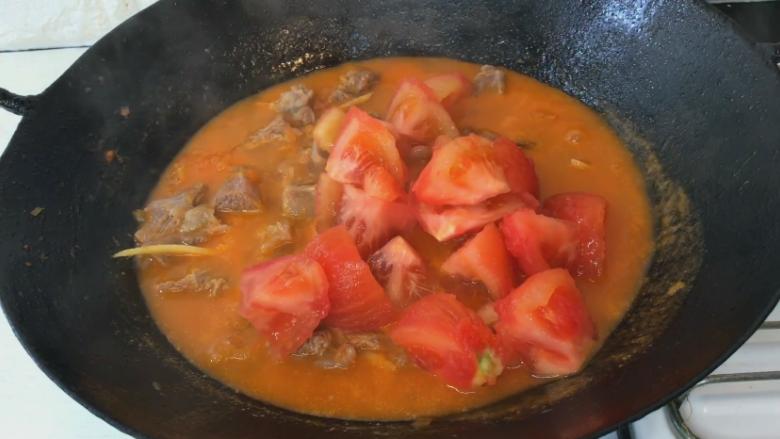 番茄牛肉汤,最后加入番茄块 再煮20分钟即可出锅