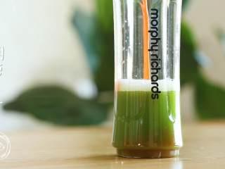 12m+元气果蔬汁,黄瓜汁+胡萝卜汁+芒果小丁,一起放入果汁机中榨汁,不要怕,颜色就是这么大胆~