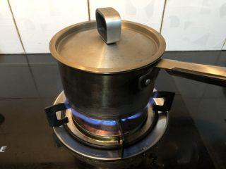姜糖奶茶,加盖大火煮开。