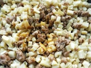 下饭菜春笋腌菜炒肉末,加一勺酱油,翻炒均匀。