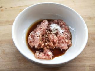 下饭菜春笋腌菜炒肉末,肉末用生抽,淀粉,料酒搅拌均匀腌一会。