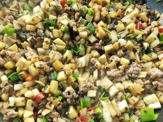 下饭菜春笋腌菜炒肉末,迅速翻炒均匀。