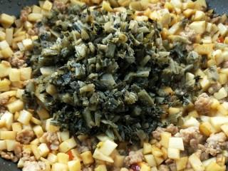 下饭菜春笋腌菜炒肉末,倒入腌菜。