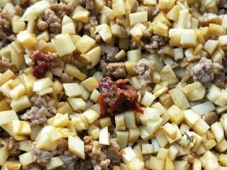 下饭菜春笋腌菜炒肉末,一勺鲜椒酱,当然喜辣多加。
